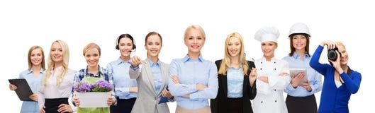 Lycklig affärskvinna över yrkesmässiga arbetare Arkivbilder