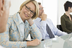 Lycklig affärskvinna In Conference Room fotografering för bildbyråer
