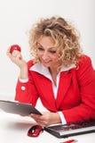 Lycklig affärskvinna eller kontorsarbetare som läser en minneslista arkivfoto