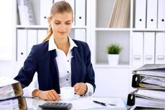 Lycklig affärskvinna eller kvinnligrevisor som har några minuter för kaffe och nöje på arbetsplatsen Royaltyfri Bild