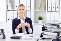 Lycklig affärskvinna eller kvinnligrevisor som har några minuter för ledighet och nöje på arbetsplatsen E fotografering för bildbyråer