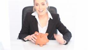Lycklig affärskvinna With en Piggybank stock video