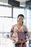 Lycklig affärskvinna With File Folder i regeringsställning royaltyfri fotografi