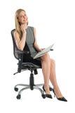 Lycklig affärskvinna With File Sitting på kontorsstol Royaltyfri Fotografi