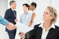 Lycklig affärskvinna Holding Document Arkivbild
