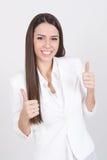 Lycklig affärskvinna i vita visningtummar upp Royaltyfri Fotografi