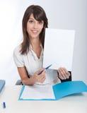 Lycklig affärskvinna med ditt meddelande Fotografering för Bildbyråer