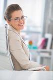 Lycklig affärskvinna med glasögon i regeringsställning royaltyfri fotografi