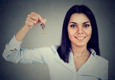 Lycklig affärskvinna med nya lägenhettangenter Royaltyfria Bilder