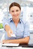 Lycklig affärskvinna på den erbjudande affärsbilen för skrivbord Arkivfoto