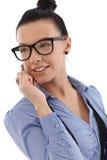 Lycklig affärskvinna på mobiltelefonen Arkivfoto