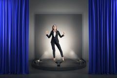 Lycklig affärskvinna på podiet fotografering för bildbyråer