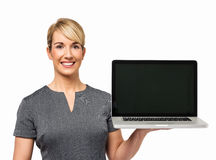 Lycklig affärskvinna Showing Laptop Arkivfoto