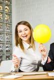 Lycklig affärskvinna som har gyckel i regeringsställning arkivbilder