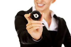 Lycklig affärskvinna som rymmer bollen för billiard åtta Arkivbilder