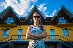 Lycklig affärskvinna som står nära nytt hem arkivfoto