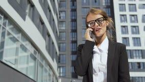 Lycklig affärskvinna som talar på telefonen arkivfilmer