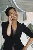 Lycklig affärskvinna Using Cell Phone arkivfoton