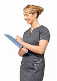 Lycklig affärskvinna Writing On Clipboard Royaltyfri Foto