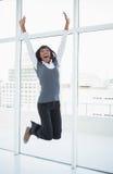 Lycklig affärskvinnabanhoppning arkivbilder