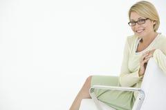 Lycklig affärskvinnaSitting On Modern stol royaltyfri foto