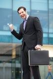 Lycklig affärsman framme av en kontorsbyggnad Royaltyfri Bild