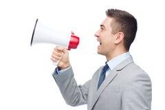 Lycklig affärsman i dräkten som talar till megafonen royaltyfri fotografi