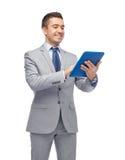 Lycklig affärsman i hållande minnestavlaPC för dräkt Arkivfoton