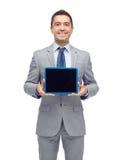 Lycklig affärsman i skärm för PC för dräktvisningminnestavla Royaltyfri Fotografi