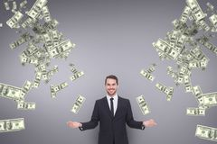 Lycklig affärsman med pengarregn mot purpurfärgad bakgrund arkivfoton