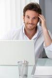 Lycklig affärsman på kontorsskrivbordet Royaltyfri Foto