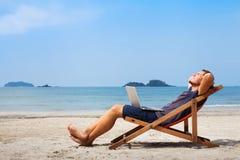 Lycklig affärsman på stranden Royaltyfria Foton