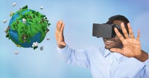 Lycklig affärsman som bär VR-exponeringsglas, medan göra en gest vid låg poly jord Arkivbild