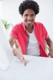 Lycklig affärsman som erbjuder en handskakning Royaltyfri Fotografi