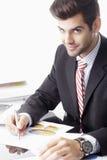 Lycklig affärsman som framme sitter av bärbara datorn Royaltyfri Foto
