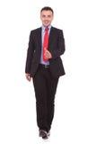 Lycklig affärsman som går på vit studiobakgrund Royaltyfri Bild