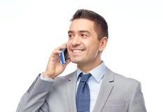 Lycklig affärsman som kallar på smartphonen Arkivbilder