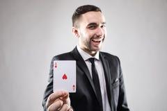 Lycklig affärsman som rymmer ett topp- kort Arkivbild