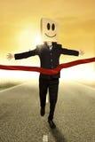 Lycklig affärsman som segrar konkurrensen Arkivbild