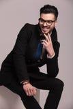 Lycklig affärsman som skrattar, medan sitta Royaltyfri Fotografi