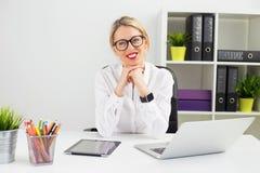 Lycklig affärskvinna på kontorsarbetet Arkivfoton