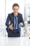 Lycklig affärskvinna som ger tangenter Royaltyfri Fotografi