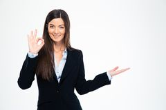 Lycklig affärskvinna som visar det ok tecknet Royaltyfria Foton