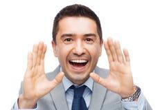 Lycklig affärsman, i att ropa för dräkt Royaltyfri Bild