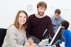 Lycklig affärsman och kvinna som tillsammans arbetar Arkivfoto