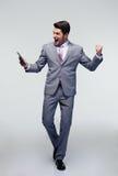 Lycklig affärsman som firar hans framgång Arkivbild