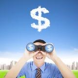 Lycklig affärsman som håller ögonen på pengarna Arkivbild