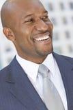 Lycklig afrikansk amerikanaffärsman royaltyfri foto