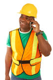 Lycklig afrikansk amerikanbyggnadsarbetare på mobiltelefonen Royaltyfria Bilder