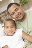 Lycklig afrikansk amerikanfader och Sonfamilj Arkivbilder